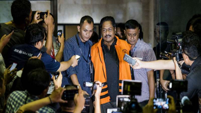 Anggota DPR dari Fraksi Golkar, Budi Supriyanto (tengah), memakai rompi tahanan KPK seusai menjalani pemeriksaan di Gedung KPK, Jakarta, Selasa (15/3).