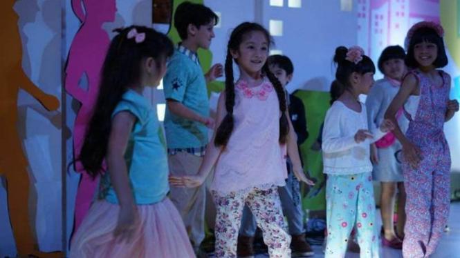 Anak-anak mengenakan busana modis