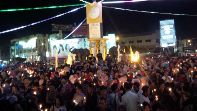 Aksi 1000 lilin warga Lampung di Tugu Adipura