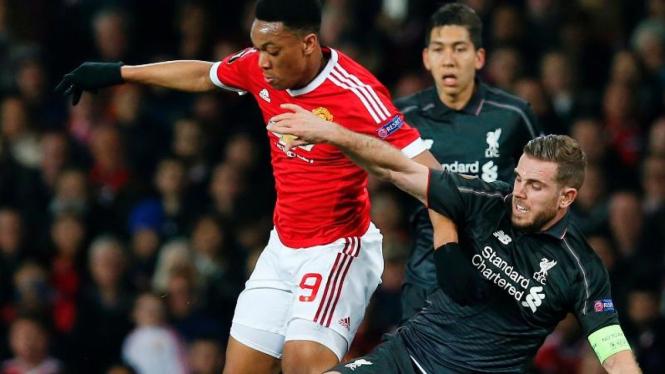 Penyerang Manchester United, Anthony Martial (merah), dihadang kapten Liverpool Jordan Henderson