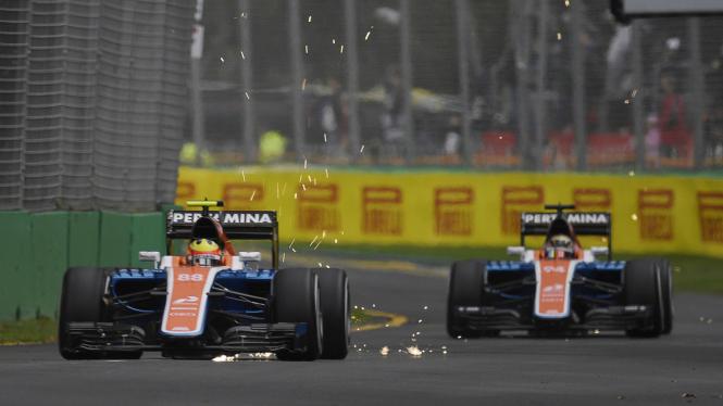 Dua mobil F1 Manor Racing, Rio Haryanto dan Pascal Wehrlein.