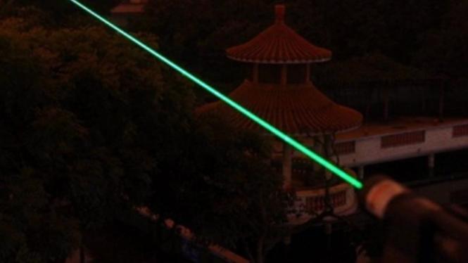 Sinar laser hijau.