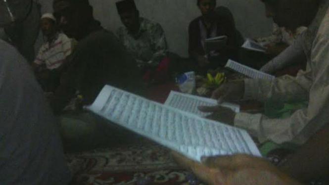 Warga Kalimantan Barat mengaji saat mati listrik.