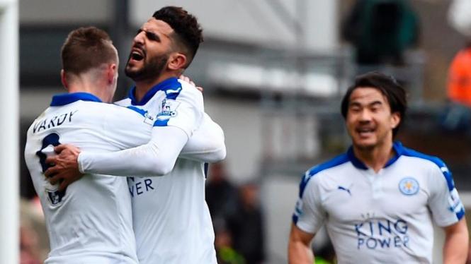 Pemain Leicester City, Riyad Mahrez (tengah) merayakan gol ke gawang Crystal Palace