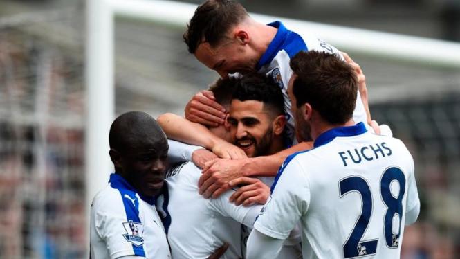 Para pemain Leicester City merayakan gol Riyad Mahrez (tengah)