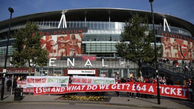 Aksi protes fans Arsenal di Emirates Stadium