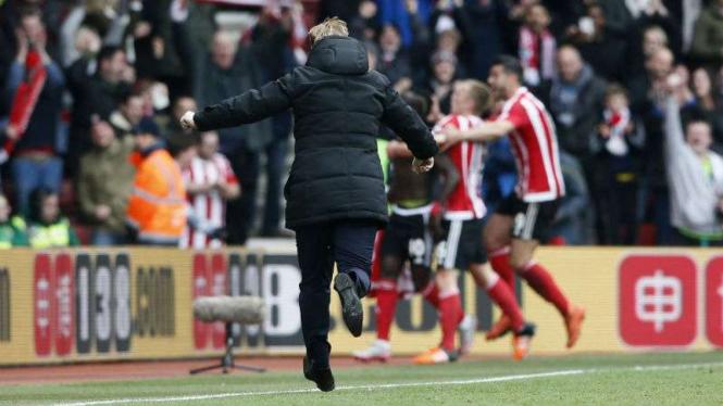 Manajer Southampton Ronald Koeman merayakan gol ketiga ke gawang Liverpool