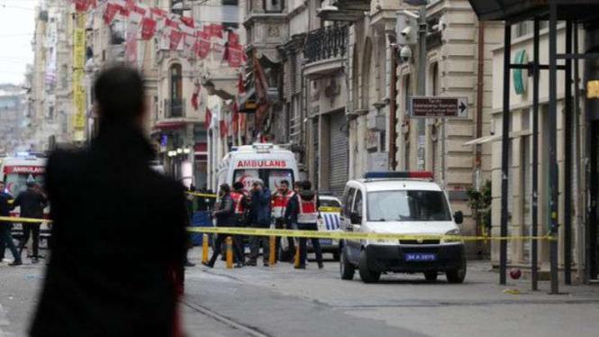 Pihak keamanan Turki berjaga-jaga saat terjadi bom di Istanbul.