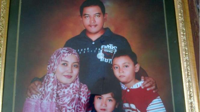 Dokumentasi keluarga Pilot Agung Kurniawan bersama istri dan anak. Pilot AGung Kurniawan menjadi korban jatuhnya helikopter terjatuh di Poso Sulawesi Tengah, Minggu (20/3/2016)