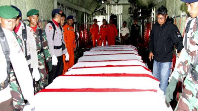 13 jenazah korban jatuhya Helikopter TNI AD di Poso diberangkatkan ke Jakarta.
