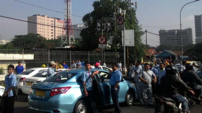 Ribuan sopir taksi serentak berunjuk rasa di Jakarta pada Selasa, 22 Maret 2016.