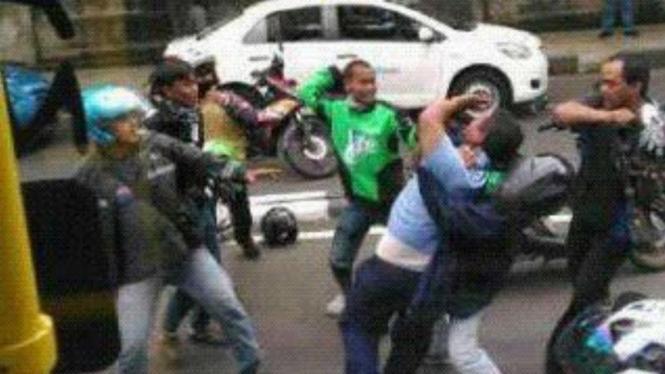 Aksi saling sweeping pengemudi Gojek dan taksi