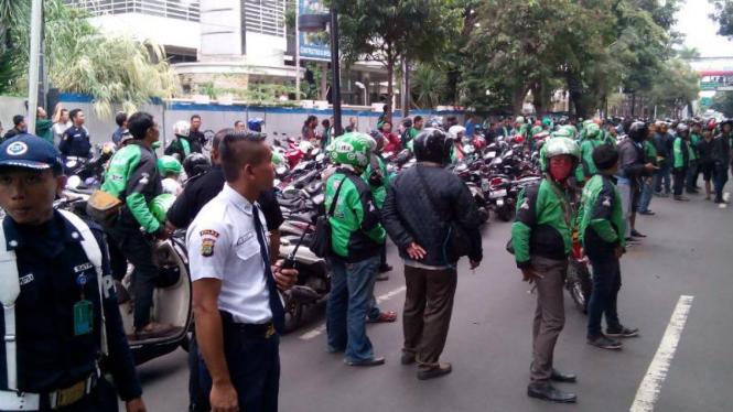 Pengemudi Gojek dan Grab di Kawasan Jalan Jenderal Sudirman, Jakarta Pusat.
