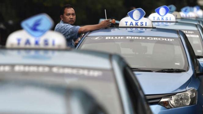 Armada Taksi Blue Bird. Ilustrasi