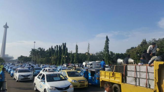 Ribuan sopir taksi Jakarta demo agar pemerintah melarang operasi Uber dan Grab Car