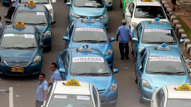Ratusan supir taksi menggelar aksi unjuk rasa