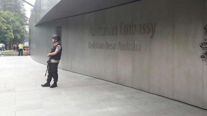 Seorang polisi bersenjata tengah berjaga di depan suatu Kedutaan Besar negara sahabat di Jakarta beberapa waktu lalu.