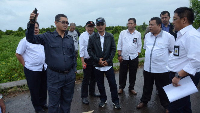 Wakil Ketua Komisi V Yudi Widiana Adia (berbaju dan celana gelap) saat melakukan pemantauan proyek beberapa waktu lalu