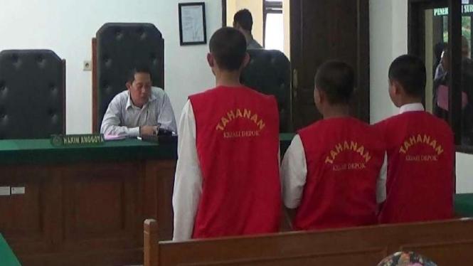 Tiga terdakwa pencabulan anak di bawah umur dalam sidang di Pengadilan Depok, Rabu, 23 Maret 2016.