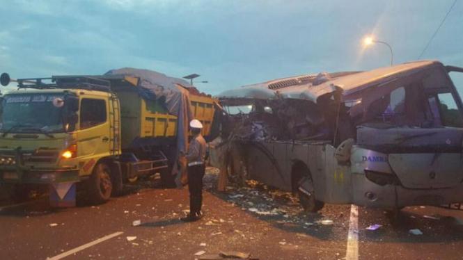 Sebuah bus Damri menabrak truk tronton di Kilometer 25, Tol Pluit, yang mengarah ke Bandara Soekarno-Hatta di Jakarta pada Kamis pagi, 24 Maret 2016.