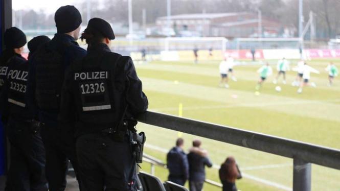 Beberapa Polisi menjaga sesi latihan Timnas Jerman.