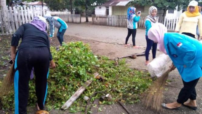 Mahasiswa STIKes Maluku Husada mensukseskan program Kawa Bersih.