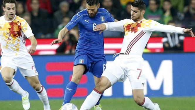 Spanyol (putih) akan menghadapi Rumania