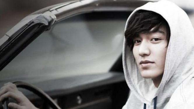 Lee Min Ho mengenakan hoodie