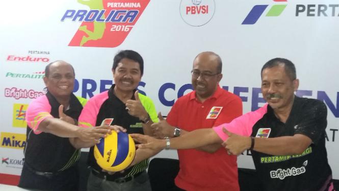 Tim pelatih Jakarta Pertamina Energi saat jumpa pers