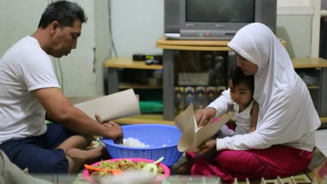 Roso Budiantoro dan istrinya menyiapkan nasi bungkus gratis untuk dibagikan di program Pagi yang Dahsyat (PYD). Foto: VIVA.co.id/Purna Karyanto Musafirian