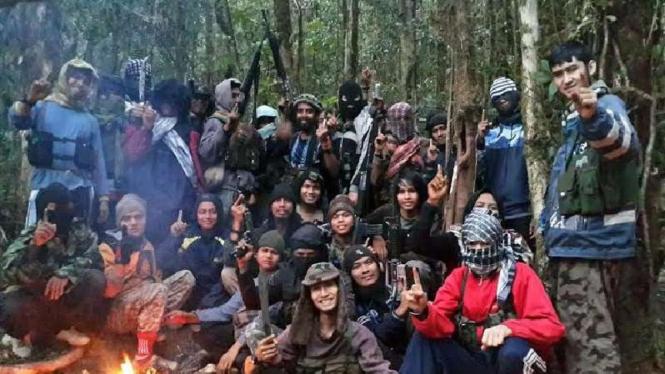 Kelompok teroris pimpinan Santoso di hutan persembunyian mereka di Poso saat masih lengkap beberapa waktu silam.