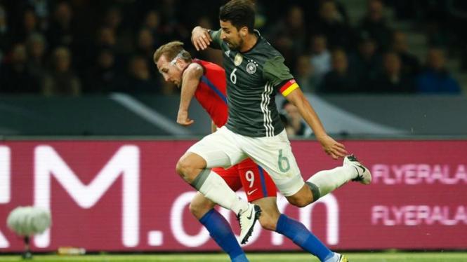 Gelandang Timnas Jerman, Sami Khedira (kostum hijau), berduel dengan penyerang Timnas Inggris, Harry Kane pada 26 Maret 2016