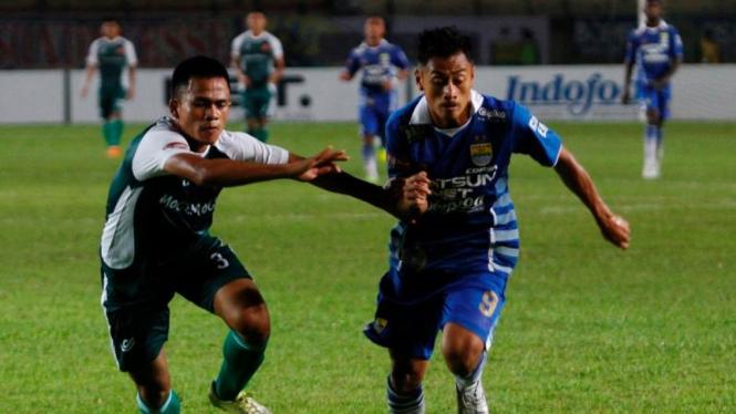 Pemain Persib Bandung, Samsul Arif (kanan)