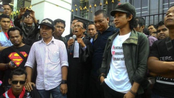 Buruh berunjuk rasa di PN Jakarta Pusat terkait sidang 26 aktivis