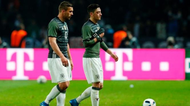 Pemain Jerman, Mesut Oezil dan Lukas Podolski