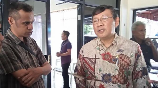 Marhany VP Pua (kanan), Anggota Dewan Perwakilan Daerah RI asal daerah pemilihan Sulawesi Utara, berbicara kepada wartawan di Manado pada Selasa, 29 Maret 2016.