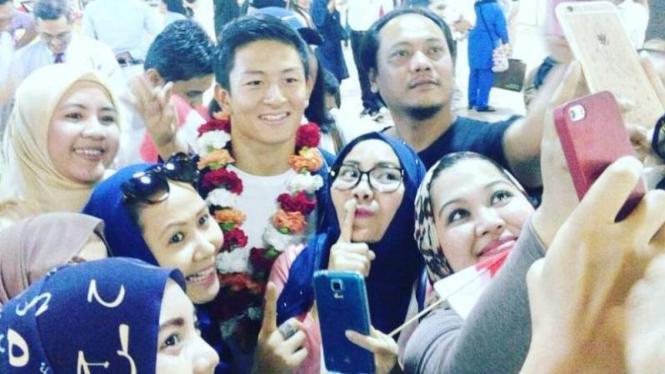 Pembalap Manor asal Indonesia, Rio Haryanto, diserbu fans
