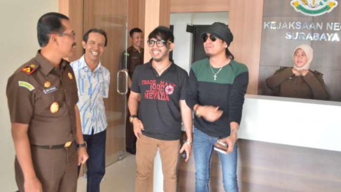 Grup Band Radja mendatangi Kejaksaan Negeri Surabaya, Senin (28/3/2016). Mereka mempertanyakan kasus pembajakan lagu Radja oleh sejumlah rumah karaoke.