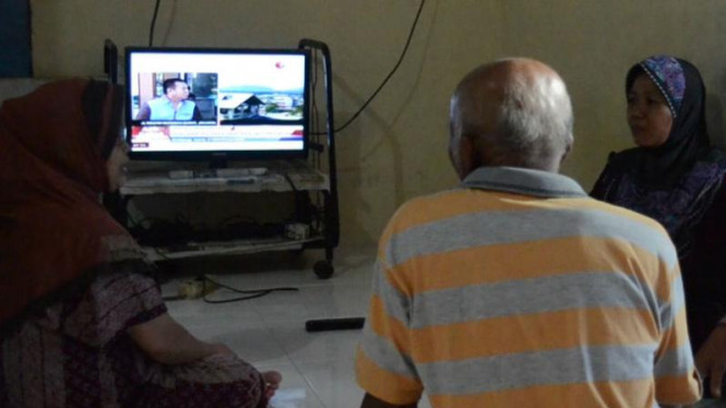Keluarga Wendi Rakhadian, satu dari sepuluh warga Indonesia yang disandera di Filipina, memantau perkembangan upaya pembebasan para sandera melalui siaran televisi.