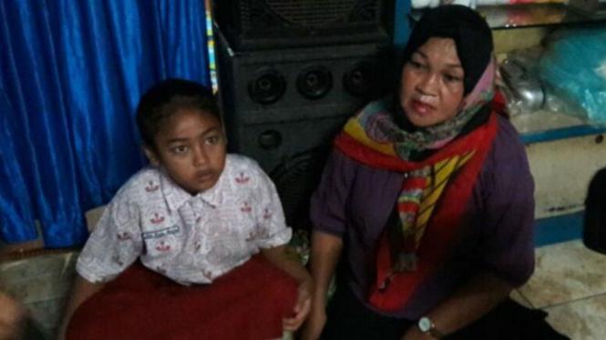 Hamsyiah (kanan), bibi Rinaldi, seorang di antara sepuluh warga Indonesia yang disandera milisi Abu Sayyaf, ditemui di rumahnya di Makassar, Sulawesi Selatan, pada Rabu, 30 Maret 2016.