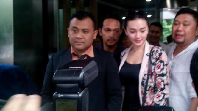 Pedangdut Zaskia Gotik saat menjalani pemeriksaan di Polda Metro Jaya