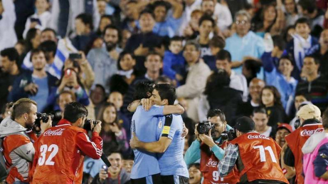 Striker Uruguay Edinson Cavani merayakan gol bersama Luis Suarez