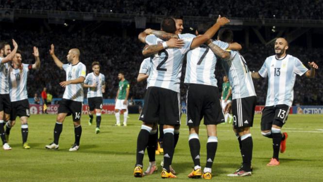 Para pemain Argentina merayakan gol pertama ke gawang Bolivia.