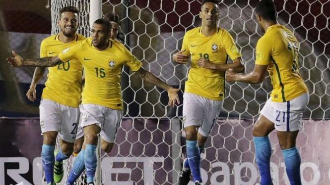 Bek timnas Brasil, Dani Alves (kedua dari kiri)