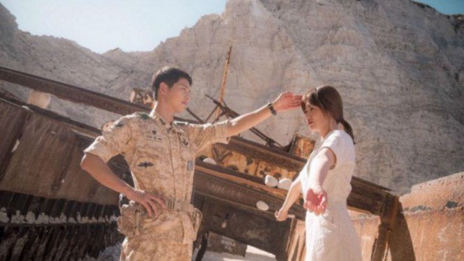 Song Joong Ki dan Song Hye Kyo dalam foto di balik layar Descendants of the Sun.