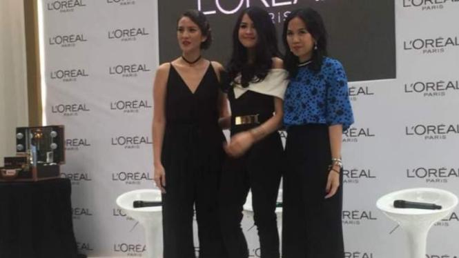 Maudy Ayunda (tengah) jadi wajah baru label kecantikan.