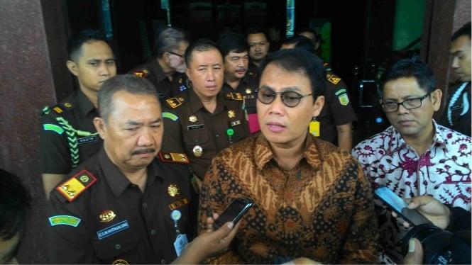 Kajati Jatim Maruli Hutagalung (kiri) bersama anggota Komisi III DPR,