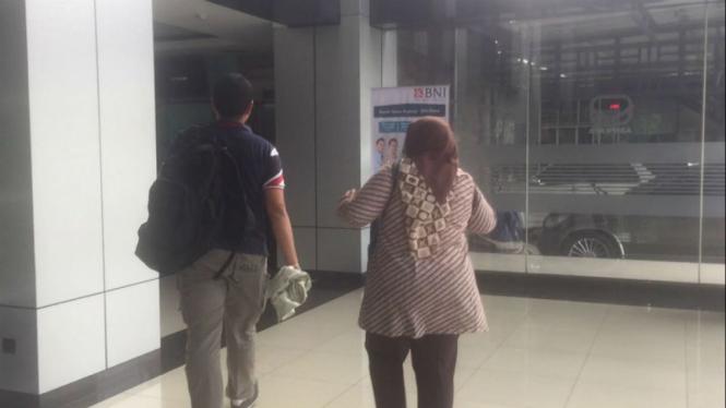 Penyidik KPK di kantor PT Brantas Abipraya
