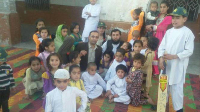 Jan Mohammad bersama keluarganya.