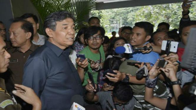 Kepala Kejaksaan Tinggi (Kejati) DKI Sudung Situmorang (kedua kiri) menjawab pertanyaan wartawan